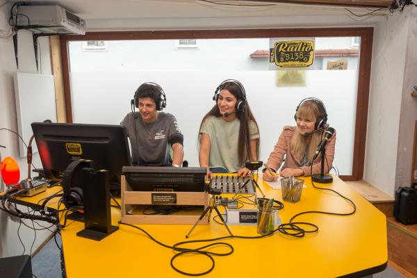 HAK-SchülerInnen der ersten Jahrgänge und Radio B138